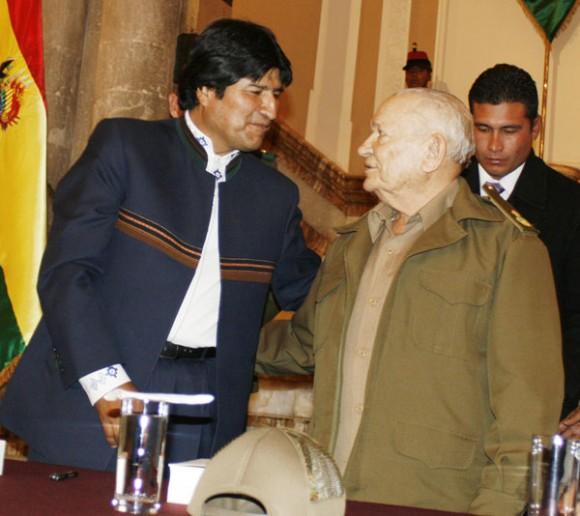 Evo y el Comandante de la Revolución Guillermo García Frías durante la presentación. Foto: ABI