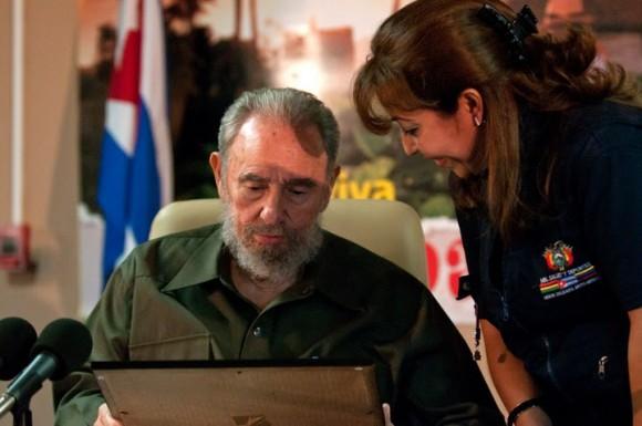"""Fidel con Odalys Bravo, jefa de la Brigada """"Moto Méndez"""". Foto: Roberto Chile"""