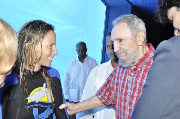 Fidel saluda a entrenadora de delfines. Foto: Estudios Revolución