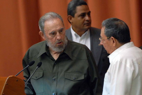 El Comandante en Jefe, Fidel Castro (izq.), junto al General de Ejercito, Raúl Castro (der.), Presidente de los Concejos de Estado y de Ministros, participa durante la Sesión Extraordinaria de la Asamblea del Poder Popular, en el Palacio de Convenciones de la Habana, Cuba, el 7 de agosto de 2010. AIN Foto: Marcelino VAZQUEZ HERNANDEZ