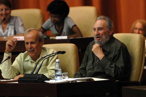 El Comandante en Jefe, Fidel Castro (der.), junto Ricardo Alarcón (izq.), Presidente de la Asamblea Nacional del Poder Popular, participa durante la Sesión Extraordinaria de la Asamblea del Poder Popular, en el Palacio de Convenciones de la Habana, Cuba, el 7 de agosto de 2010. AIN Foto: Marcelino VAZQUEZ HERNANDEZ