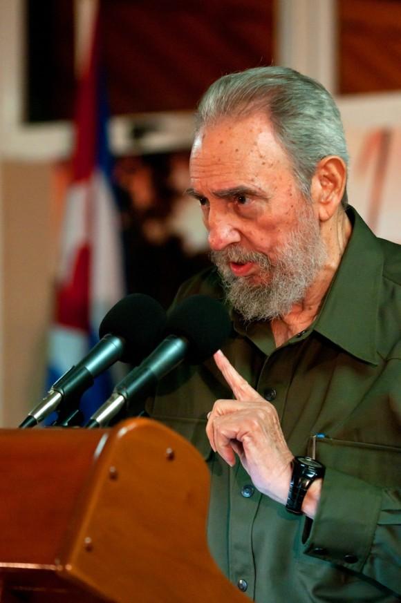 """Fidel en el recibimiento de la brigada internacionalista """"Moto Méndez"""". Foto: Roberto Chile"""