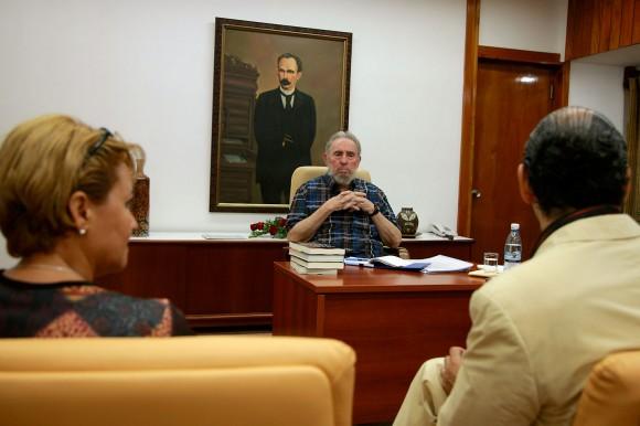 Fidel recibe al escritor ruso Daniel Estulin. A la izquierda, Aixa Hevia, vicepresidenta de la UPEC.Foto. Alex Castro