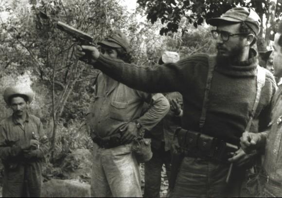 En una práctica de tiro en las montañas de la Maestra, Fidel dispara con una Browning