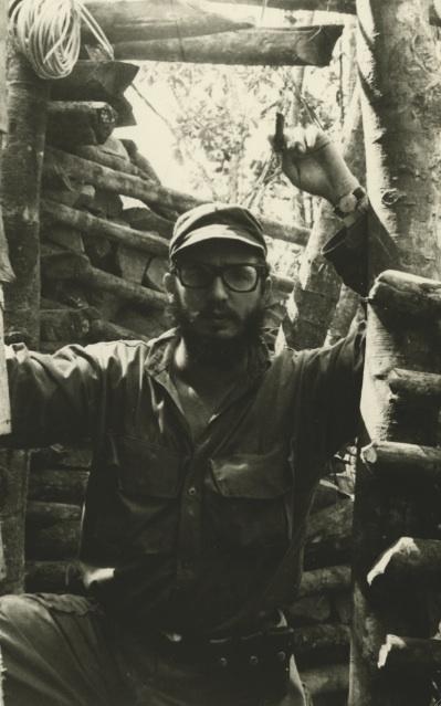 Fidel en la casa donde se encontraba instalada la emisora Radio Rebelde, en la Comandancia de La Plata