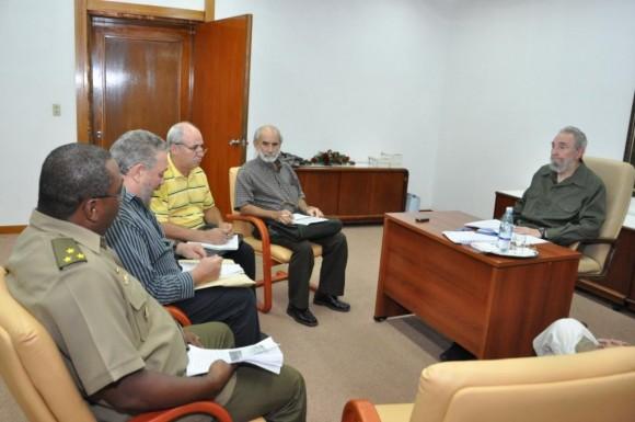 Fidel con científicos habla de peligro nuclear