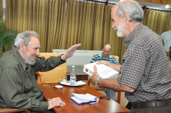 """El Comandante en Jefe Fidel Castro obsequió a los científicos su libro """"La victoria estratégica"""" con una dedicatoria personal"""