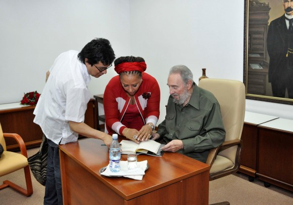"""La senadora Piedad Córdoba obsequia a Fidel el libro """"En busca de Bolívar"""", del reconocido escritor colombiano William Ospina, que acaba de salir de imprenta"""
