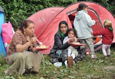 Algunos de los gitanos deportados por Francia, reubicados en un campamento de acogida.