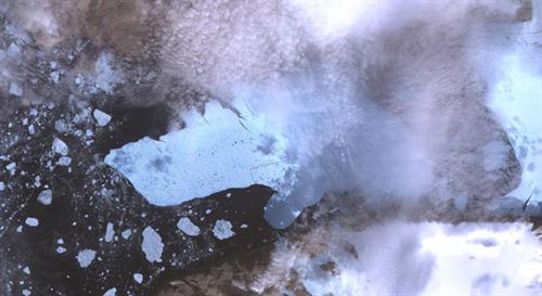 Esta imagen del glaciar Petermann y el nuevo iceberg fue tomada con el instrumento ASTER (Advanced Spaceborne Thermal Emission and Reflection Radiometer) el 12 de agosto de 2010. Cubre un área de 49,5 por 31,5 kilometros.
