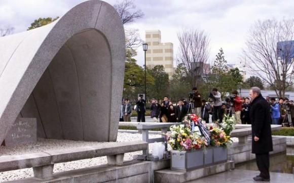 6 de agosto de 2010, aniversario 65 de Hiroshima, primera masacre atómica de la Humanidad. El Comandante en Jefe Fidel Castro Ruz, durante su visita a la ciudad de Hiroshima, en Japón, el 3 de agosto de 2003, rindió homenaje a las victimas del bombardeo atómico de Estados Unidos ocurrido en agosto de 1945. AIN FOTO/Pablo PILDAIN/sdl