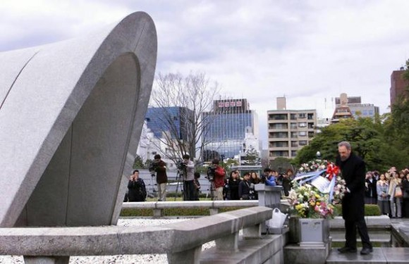 6 de agosto de 2010, aniversario 65 de Hiroshima, primera masacre atómica de la Humanidad. El Comandante en Jefe Fidel Castro Ruz, durante su visita a la ciudad de Hiroshima, en Japón, el 3 de agosto de 2003, depositó una ofrenda floral ante el monumento a las victimas del bombardeo nuclear norteamericano ocurrido en agosto de 1945. AIN FOTO ARCHIVO/Pablo PILDAIN ROCHA