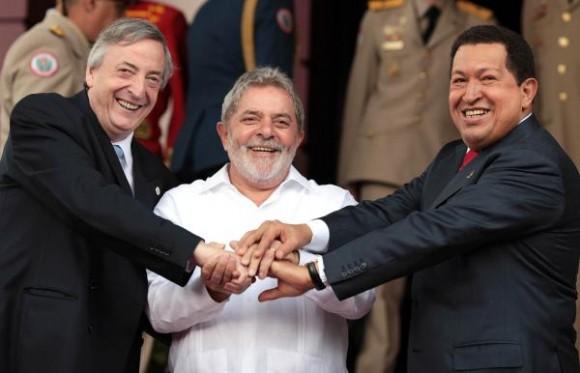 El presidente venezolano, Hugo Chávez (D), junto a su homólogo de Brasil, Luiz Inácio Lula da Silva (C), y el secretario general de Unasur, Néstor Kirchner (I), en el palacio presidencial de Miraflores, en la ciudad de Caracas, Venezuela, el 6 de agosto de 2010. AIN FOTO /TELAM
