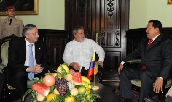 El presidente venezolano, Hugo Chávez (D), junto a su homólogo de Brasil, Luiz Inácio Lula da Silva (C), y el secretario general de Unasur, Néstor Kirchner (I), sostuvieron un encuentro el 6 de agosto de 2010, en la ciudad de Caracas, Venezuela. AIN FOTO/TELAM