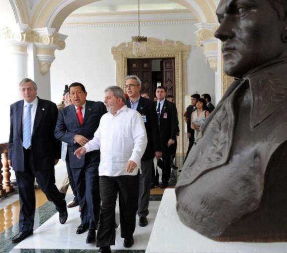 El presidente venezolano, Hugo Chávez (C), junto a su homólogo de Brasil, Luiz Inácio Lula da Silva, y el secretario general de Unasur, Néstor Kirchner (I), el 6 de agosto de 2010, en la ciudad de Caracas, Venezuela, para participar reunión de trabajo de la cumbre América del Sur-Sudáfrica (ASA). AIN FOTO/TELAM