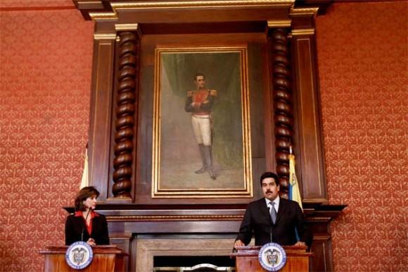 María Ángela Holguín y Nicolás Maduro, cancilleres de Colombia y Venezuela, respectivamente. Foto: Reuter