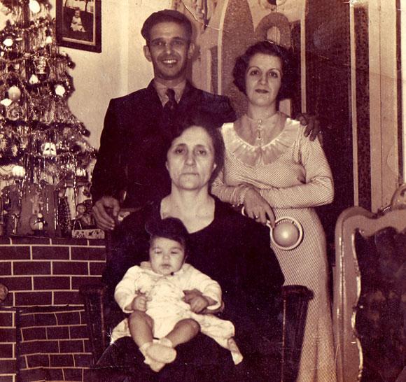 Al fondo, el matrimonio de Pedro Vizcaíno y María Luisa Lafita, dos revolucionarios que combatieron en defensa de la República Española. Al frente, la mamá de María Luisa, con el hijo de los dos primeros. La foto fue tomada en la capital de Cuba poco antes de la partida hacia la tierra hispana.