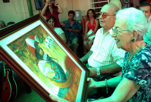 El Instituto Cubano de la Música, rindió merecido tributo a la Doctora Honoris Causa en Ciencias del Arte, María Teresa Linares, reconocida musicóloga y pedagoga cubana, por su cumpleaños 90, el 14 de agosto de 2010, en Ciudad de La Habana. A su lado Miguel Barnet, presidente de la Unión de Escritores y Artistas de Cuba (UNEAC). AIN Foto: Marcelino VAZQUEZ HERNANDEZ