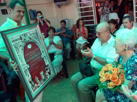 El Instituto Cubano de la Música, rindió merecido tributo a la Doctora Honoris Causa en Ciencias del Arte, María Teresa Linares, reconocida musicóloga y pedagoga cubana, por su cumpleaños 90, el 14 de agosto de 2010, en Ciudad de La Habana. A su lado Miguel Barnet, presidente de la Unión de Escritores y Artistas de Cuba (UNEAC). AIN FOTO/ Marcelino VAZQUEZ HERNANDEZ