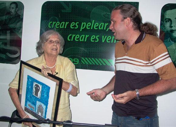 Martha Valdés en el espacio Encuentro en la Feria Arte en la Rampa y Luis Morlote Presidente de la Asociación Hermanos Saíz. Foto: Marianela Dufflar
