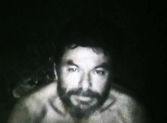 Imagen del minero Pablo Rojas, lograda por los equipos de vídeo enviados por el Gobierno hoy, jueves 26 de agosto de 2010, en el lugar donde se encuentran atrapados desde el pasado 5 de agosto los 33 mineros, a 700 metros bajo tierra, en el yacimiento San José, cerca a Copiapó, norte de Chile. La grabación, hecha por uno de los obreros atrapados, dura unos 45 minutos y fue exhibida en más de alguna oportunidad en una gran pantalla que se levantó en las cercanías de lo que fue la entrada del yacimiento con el fin de que sus familiares lo pudieran ver y también grabar. EFE/Codelco/SOLO USO EDITORIAL/