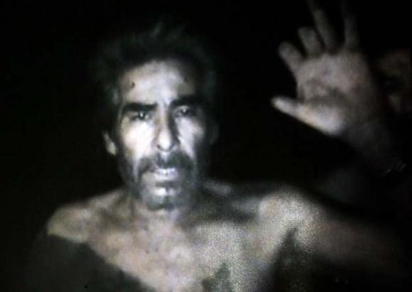 Imagen del minero Mario Gómez saludando a la cámara, lograda por los equipos de vídeo enviados por el Gobierno hoy, jueves 26 de agosto de 2010, en el lugar donde se encuentran atrapados desde el pasado 5 de agosto los 33 mineros, a 700 metros bajo tierra, en el yacimiento San José, cerca a Copiapó, norte de Chile. La grabación, hecha por uno de los obreros atrapados, dura unos 45 minutos y fue exhibida en más de alguna oportunidad en una gran pantalla que se levantó en las cercanías de lo que fue la entrada del yacimiento con el fin de que sus familiares lo pudieran ver y también grabar. EFE/Codelco/SOLO USO EDITORIAL