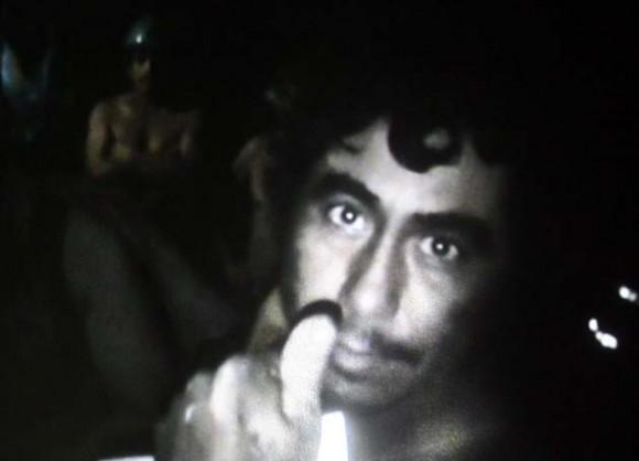 Imagen de un minero saludando a la cámara, lograda por los equipos de vídeo enviados por el Gobierno hoy, jueves 26 de agosto de 2010, en el lugar donde se encuentran atrapados desde el pasado 5 de agosto los 33 mineros, a 700 metros bajo tierra, en el yacimiento San José, cerca a Copiapó, norte de Chile. La grabación, hecha por uno de los obreros atrapados, dura unos 45 minutos y fue exhibida en más de alguna oportunidad en una gran pantalla que se levantó en las cercanías de lo que fue la entrada del yacimiento con el fin de que sus familiares lo pudieran ver y también grabar. EFE/Codelco/SOLO USO EDITORIAL