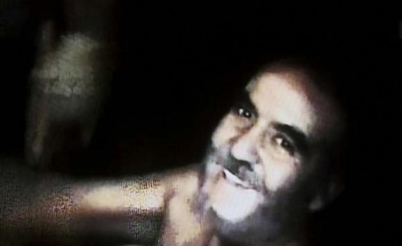 Imagen del minero Franklin Lobos lograda por los equipos enviados por el Gobierno hoy, jueves 26 de agosto de 2010, en el lugar donde se encuentran atrapados desde el pasado 5 de agosto los 33 mineros a 700 metros bajo tierra en el yacimiento San José, cerca a Copiapó, norte de Chile. La grabación, hecha por uno de los obreros atrapados, dura unos 45 minutos y fue exhibida en más de alguna oportunidad en una gran pantalla que se levantó en las cercanías de lo que fue la entrada del yacimiento con el fin de que sus familiares lo pudieran ver y también grabar. EFE/Codelco/SOLO USO EDITORIAL