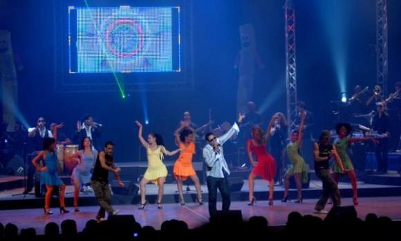 Con un gran concierto en el teatro Karl Marx, de La Habana, concluyó su gira por casi toda Cuba, el popular cantante y compositor Pablo Fernández Gallo (Paulito FG), el 4 de julio de 2010. AIN FOTO/Marcelino VAZQUEZ HERNANDEZ