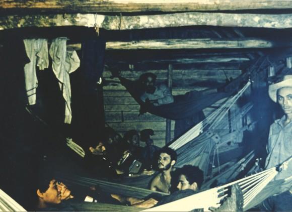 Campamento rebelde. Aparecen en la imagen el comandante Ramiro Valdés, Nené López y otros combatientes.
