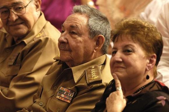 El General de Ejército Raúl Castro Ruz (C), presidente de los Consejos de Estado y de Ministros asistio a la gala político cultural que tuvo lugar en la Sala Universal de las Fuerzas Armadas Revolucionarias, por el Aniversario 50 de la Federación de Mujeres Cubanas, en La Habana, Cuba, el 23 de agosto de 2010. AIN /FOTO Sergio ABEL REYES