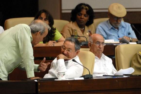 El General de Ejército Raúl Castro Ruz (C), presidente de los Consejos de Estado y de Ministros, conversa con Ricardo Alarcón de Quesada (I), presidente de la Asamblea Nacional del Poder Popular (ANPP), en la sesión plenaria correspondiente al quinto período ordinario de sesiones del legislativo, en el Palacio de Convenciones, el 1 de agosto de 2010. AIN FOTO/Marcelino VAZQUEZ HERNANDEZ