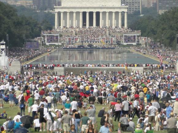 """Miles de personas participan en un mitin político hoy sábado 28 de agosto de 2010, en el parque central de Washington DC, donde la ex candidata republicana a la vicepresidencia de EEUU, Sarah Palin, instó a """"restaurar el honor"""" de la nación"""" en un discurso de abundante patriotismo. Palin, que fue presentada por el organizador de la manifestación, el presentador de radio y televisión Glenn Beck, no como una """"política"""" sino como """"la madre de un soldado"""", dijo que """"el país está en peligro"""" y apeló al ejemplo de """"héroes"""" como soldados de los que contó sus historias como prisioneros. EFE/Jorge A. Bañales"""