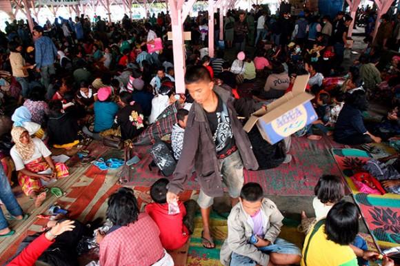 Los habitantes de las zonas cercanas al volcán Monte Sinabung, que entró en erupción por segunda vez en 24 horas tras pasar dormido los últimos 400 años, permanacen en un refugio en Taras, norte de Sumatra, Indonesia, hoy, lunes 30 de agosto. Más de 20 mil personas continúan realojadas en los centros de evacuación desde el domingo ante el estado de alerta por el volcán.EFE/HOTLI SIMANJUNTAK