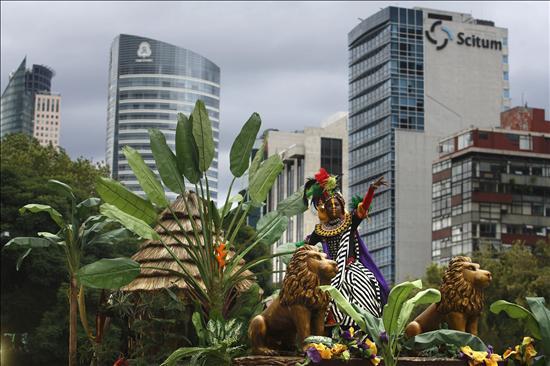 Vista general del desfile alegórico hoy, miércoles 15 de septiembre de 2010, durante las celebraciones del Bicentenario de la Independencia de México. Héroes, mitos, culturas populares, la gesta de la independencia, son algunos de los cuadros artísticos que recorrieron la gran avenida Reforma de Ciudad de México. EFE