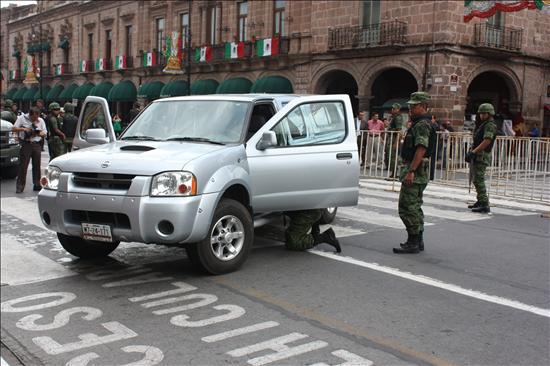 Miembros de las Fuerzas Armadas inspeccionan un automóvil hoy, miércoles 15 de septiembre de 2010, en las calles de Oaxaca (México), previo a los festejos del Grito de la Independencia. La ola de violencia que azota a México impedirá esta noche a miles de personas celebrar en la calle la fiesta nacional de la independencia, al haber suspendido o modificado varios ayuntamientos, especialmente del norte del país, el Grito con el que se conmemoran 200 años del inicio de la gesta. EFE