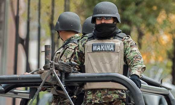 Militares monitoreando el desfile de independencia ante la gran ola de violencia que embarga a México. AFP