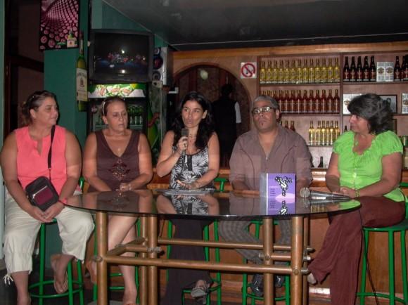 Mayra María, productora de Bis Music, Ela Ramos, Gerente General de Bis Music, Liliana González, Musicóloga que presentó el disco, César López, Director, saxofonista, arreglista y vocalista de Habana Ensemble  y Marianela Dufflar, Especialista ARTEX.