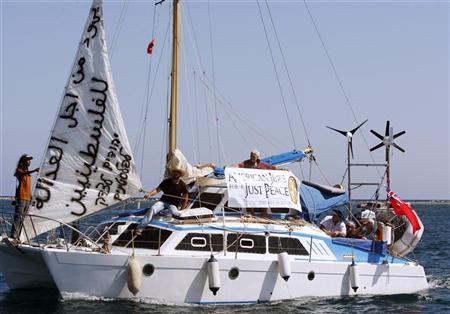 Un grupo de activistas judíos se embarcó el domingo hacia la Franja de Gaza, intentando desafiar el bloqueo israelí y poner de relieve el sufrimiento de los palestinos que viven en ese territorio. En la imagen, los activistas judíos se alejan del puerto chipriota de Famagusta el 26 de septiembre de 2010. REUTERS/Andreas Manolis