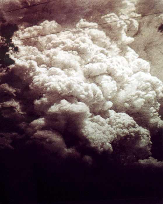 Varias fotografías fueron tomadas desde el suelo después de la explosión, los residentes de los valles adyacentes, que fueron protegidos de los efectos directos de la explosión.