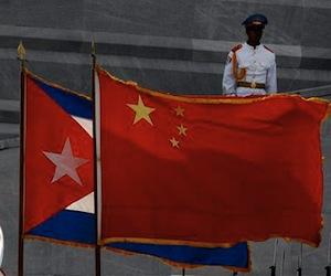 banderas-de-cuba-y-china-durante-la-visita-a-la-isla-del-presidente-hu-jintao-el-18-de-noviembre-de-2008-ap