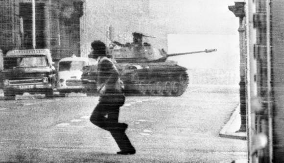 """A las 10.15, a través de Radio Magallanes (la única pro-gubernamental aún no silenciada), Allende emite su último e histórico mensaje a la Nación... """"Quizás sea ésta la última oportunidad en que me pueda dirigir a ustedes. ...."""""""