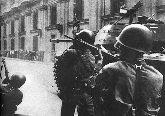 A las 10.30 los tanques abren fuego contra la Moneda, les siguen las tanquetas y los soldados, fuego que es respondido por los miembros del GAP y francotiradores apostados en los edificios aledaños.
