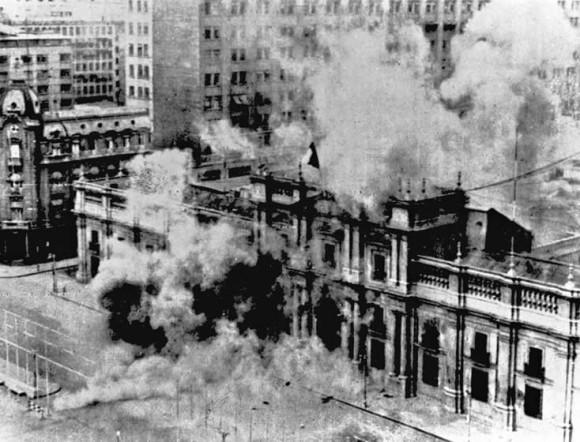 Entonces, según el testimonio de uno de sus doctores, Patricio Guijón, Allende grita ¡Allende no se rinde, milicos de mierda! y con el fusil AK-47 que le había regalado Fidel Castro se dispara en la barbilla....