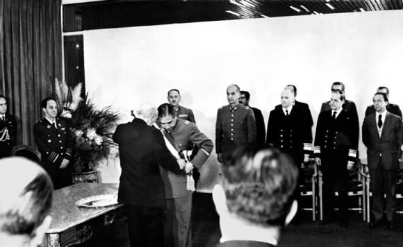 A las 18 se reunieron y se abrazaron en la Escuela Militar los cuatro comandantes máximos de las Fuerzas Armadas.. La junta toma el poder del país.