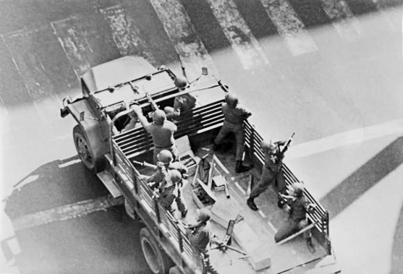 A las 9.55 los tanques ingresan en el perímetro de La Moneda y comienza el ataque.