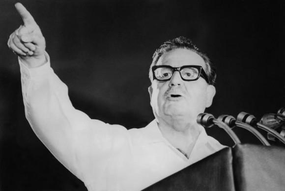 En la madrugada del 11 de septiembre las Fuerzas Armadas toman la ciudad de Santiago. El subdirector de Carabineros, General Jorge Urrutia, es avisado desde Valparaíso que la infantería de Marina está en las calles y ha empezado a tomar posiciones de combate. Urrutia telefonea al Presidente, quien se encuentra en su residencia de Tomás Moro. Allende, calmado, pide ubicar a Pinochet y a Leigh, pero están inubicables. A las 7.15 horas Allende, en su automóvil Fiat 125, y el GAP se enfilan hacia la Moneda, llegan veinte minutos después…Comienza así la último día en la vida del Mandatario.