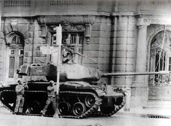 Francotiradores apostados en los altos edificios aledaños los tratan de repeler, y se inicia la balacera, pero La Moneda aún no era atacada.