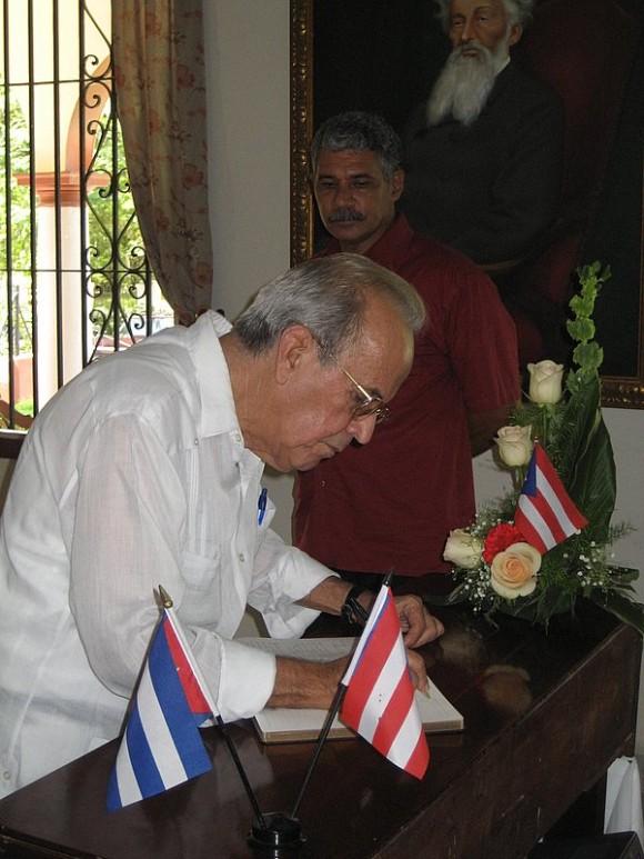 Ricardo Alarcón firma libro de condolencias