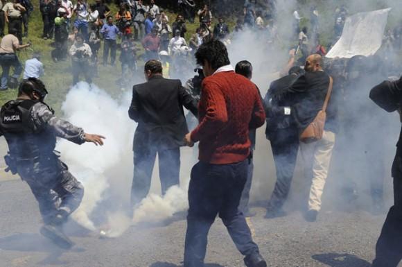 Rafael Correa atacado con gas lacrimógeno. Foto. AFP